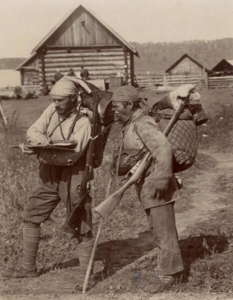 Владимир Арсеньев и Дерсу Узала после маршрута по реке Кулумбе в экспедиции 1906 г.