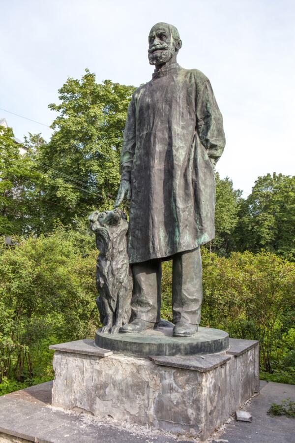 Памятник И. П. Павлову с собакой. Павлово (Колтуши), Ленинградская область