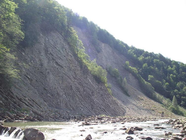 У подножия скалы