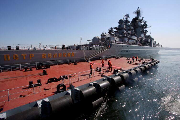 Ракетный крейсер Пётр Великий во время учений