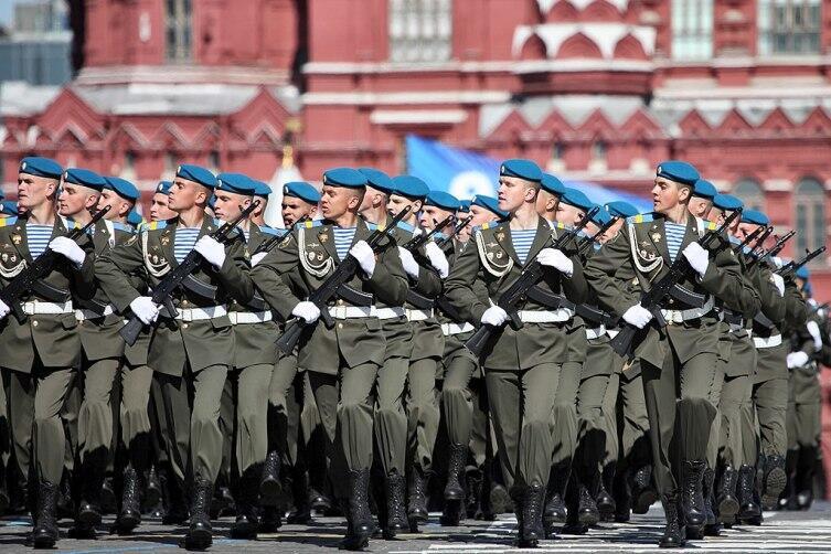 Солдаты-десантники 217-го парашютно-десантного полка 98-й гвардейской воздушно-десантной дивизии на параде Победы. 2013 г.