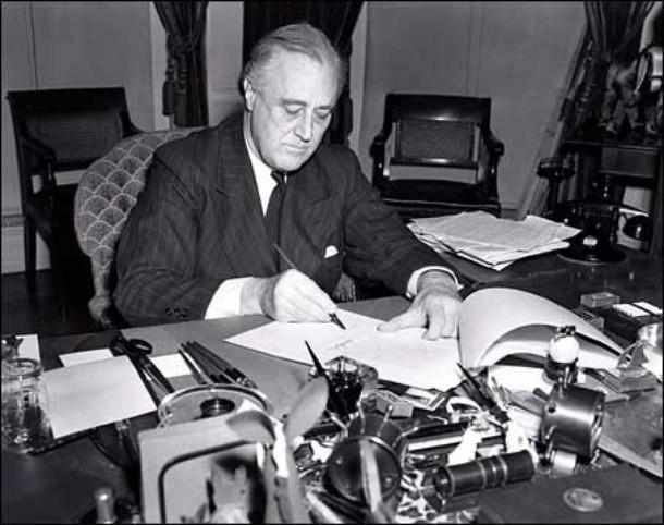 Президент США Франклин Д. Рузвельт подписывает закон о ленд-лизе