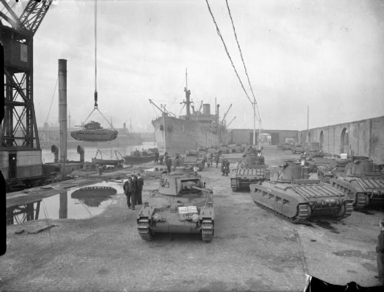 Погрузка танков «Матильда» для СССР в ливерпульских доках, октябрь 1941 г.