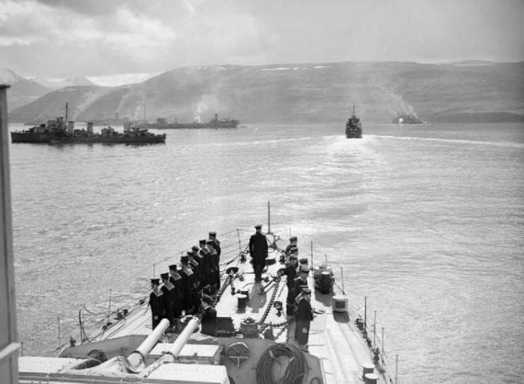 Корабли конвоя PQ-17 незадолго перед отправкой из Хвальфьорда, Исландия. Слева британский эсминец HMS Icarus, за ним советский танкер «Азербайджан»