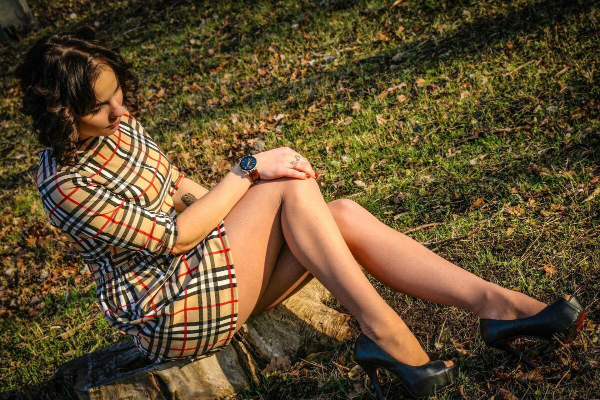 Фото девушка закрывает рукой между ног — 9