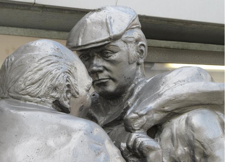 Фрагмент памятника Афоне и штукатуру Коле в Ярославле