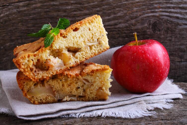 Если яблоки нарезать крупно, они не пропекутся