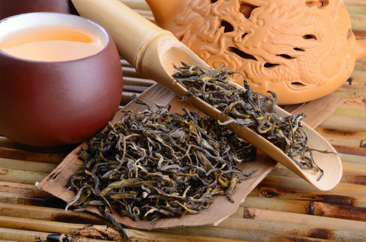 Красный чай занимает промежуточное положение между зеленым и черным