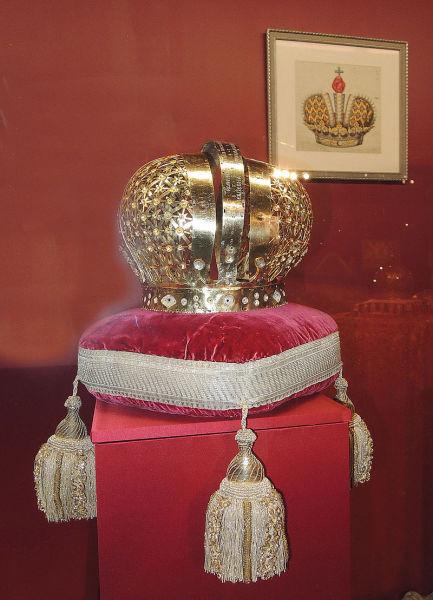 Первая императорская корона в России принадлежала Екатерине I, жене Петра I