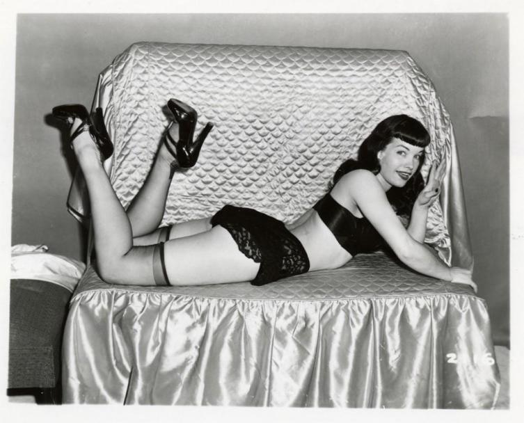 Знаменитая модель 50-х гг. Бетти Пейдж в модных чулках