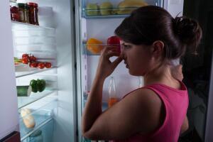 Как удалить запахи в холодильнике?