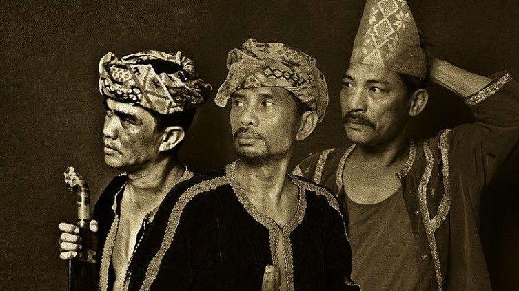 Деятели культуры народа баджо: Назека Канасидена, Эад Маса Река и Сулимбанг Джаути в национальных костюмах, Сабах, 2015 г.