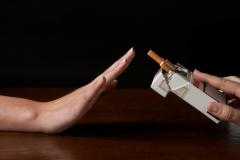 ...Мы всю жизнь рассказываем собственным детям о том, что курить не надо, а сами пытаемся «завязать» с этой вредной привычкой.