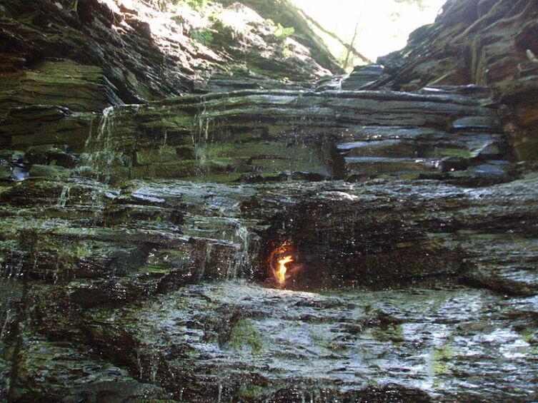 Eternal Flame Falls в Chestnut Ridge Park, округ Эри, штат Нью-Йорк