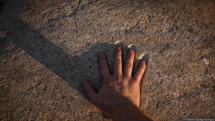 По преданию, на этом камне сохранился отпечаток ладони Петра I