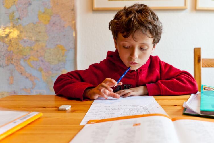 Все начинается с желания помочь, однако постепенно взрослые начинают делать уроки за ребенка