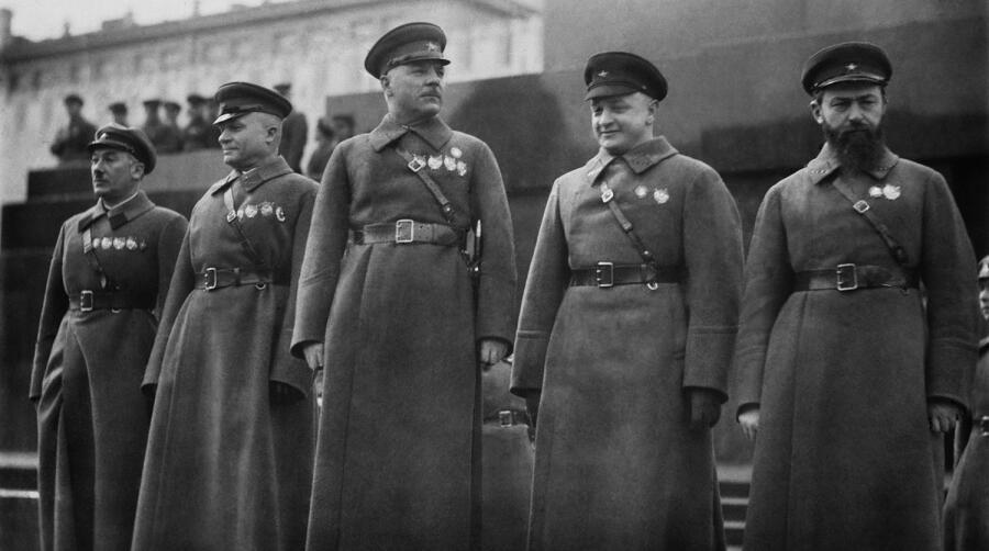 Советские военачальники Ян Гамарник, Михаил Тухачевский, Климент Ворошилов, Александр Егоров и Генрих Ягода (справа налево) у Мавзолея В.И. Ленина, 1935 г.