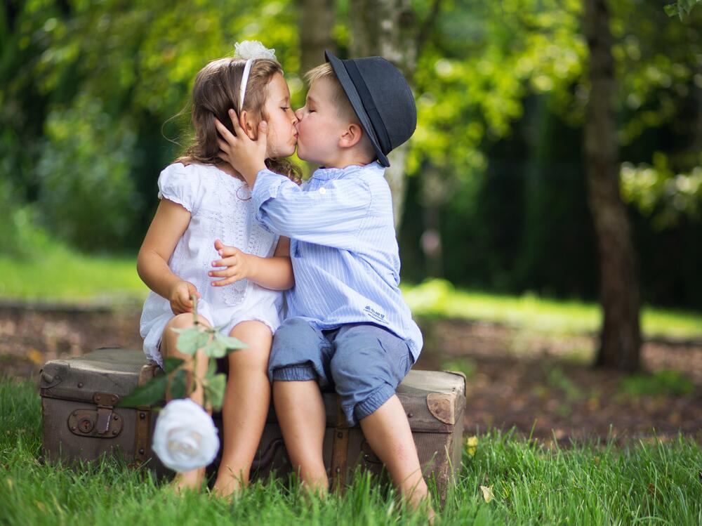 Картинки малышей поцелуй