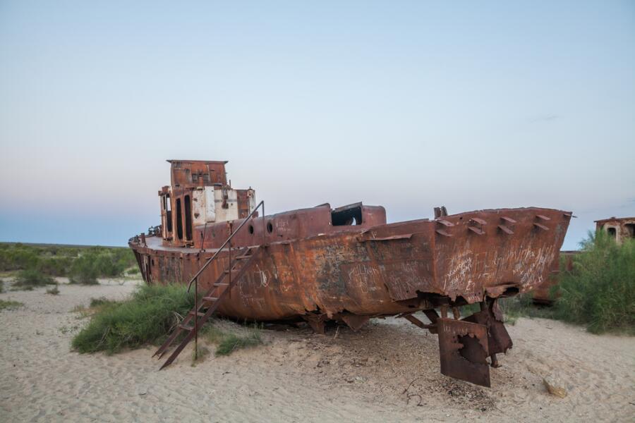 Заброшенный корабль в г. Муйнак, Узбекистан