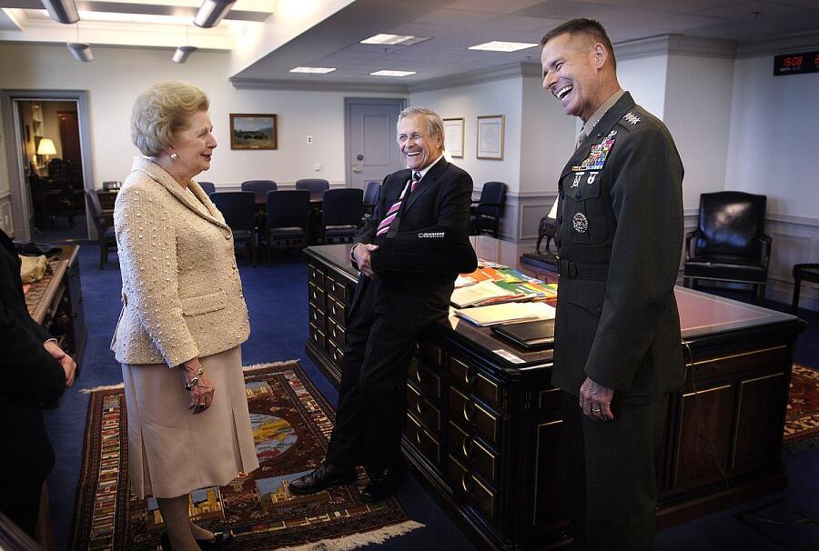 Маргарет Тэтчер с Дональдом Рамсфелдом и генералом Питером Пэйсом в Пентагоне<br />