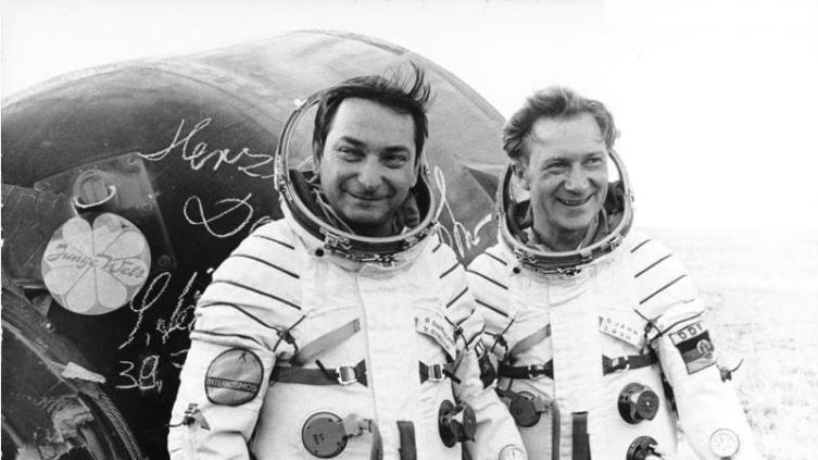 Валерий Быковский (слева) и Зигмунд Йен после приземления, 1978 г.