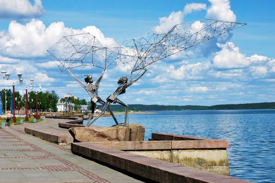 Скульптура «Рыболовы» на берегу Онежского озера в Петрозаводске