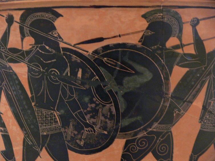 Гоплиты на вазе времён греко-персидских войн. Вооружение: копье, короткий меч, круглый щит, шлем коринфского типа, бронзовый панцирь