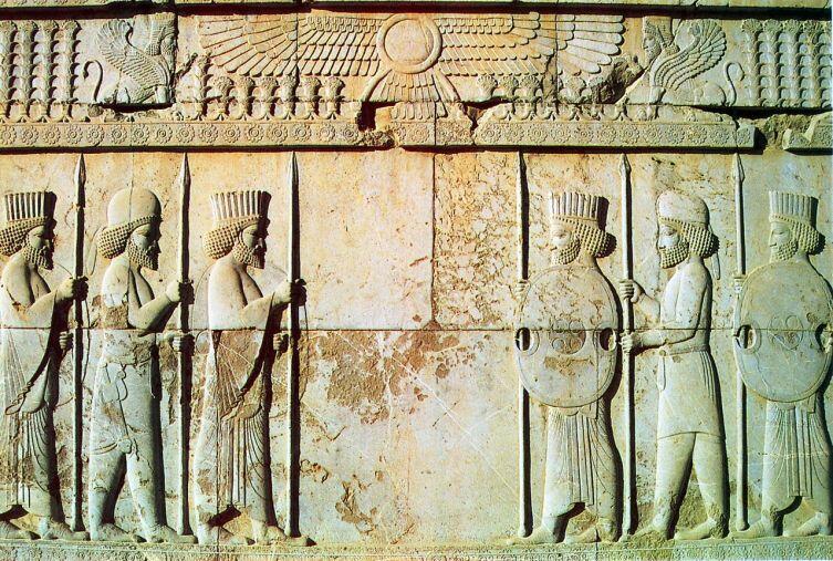 Персидские и мидянские воины. Барельеф на стене дворца в Персеполе