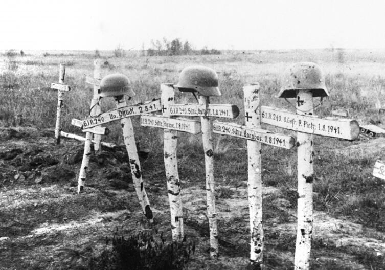 Кресты над могилой военных 240-го пехотного полка вермахта в Смоленской области