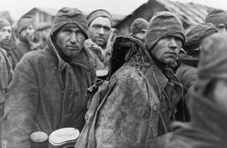 Красноармейцы в лагере военнопленных в Вязьме