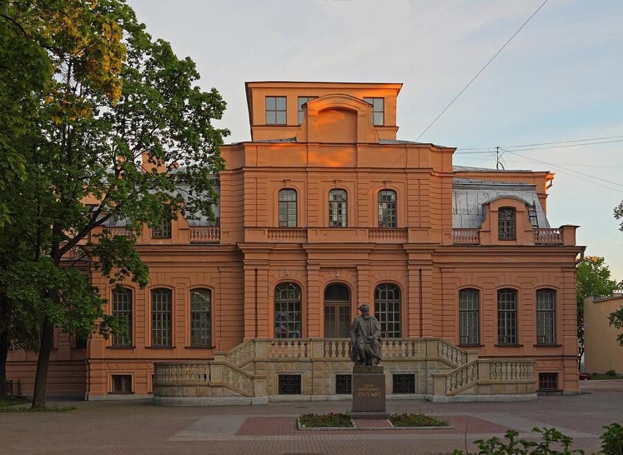 Главное здание университета (бывший особняк великой княгини Ксении Александровны)