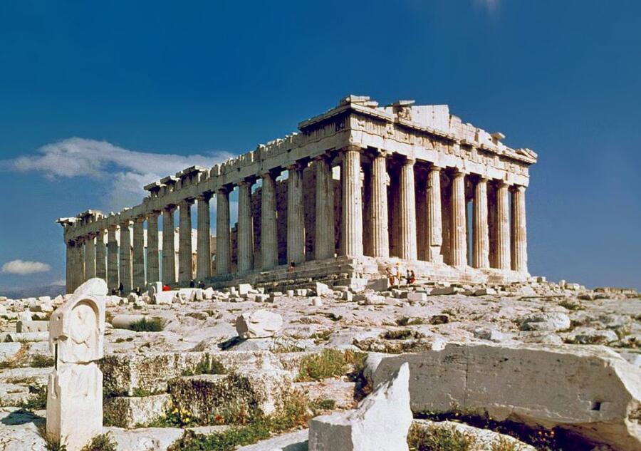 Перикл поднял морское могущество Афин, украсил город, особенно Акрополь, знаменитыми постройками