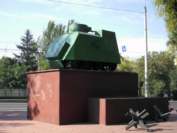 Памятник танк НИ-1 возле завода имени Январского восстания. Одесса, Серединский сквер