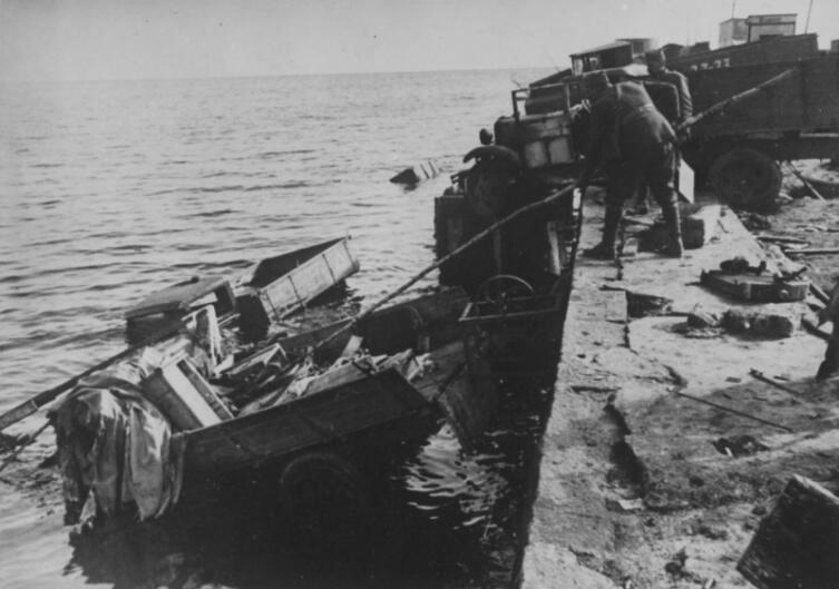 Румынские солдаты рядом с советскими грузовиками ГАЗ-АА, сброшенными с причала в Одессе