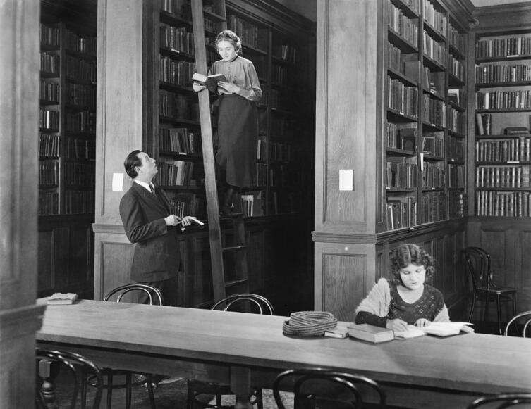 Раньше было два пути — или в «плохую компанию», в подворотню, в шайку, или в библиотеку