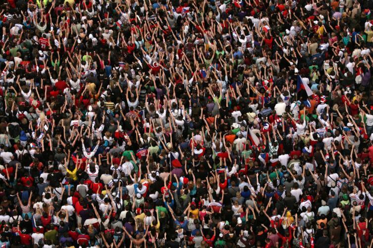 100 тысяч - огромная толпа, как их собрать и заплатить каждому?