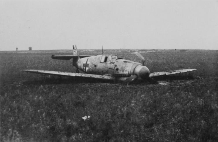 Подбитый и совершивший вынужденную посадку немецкий истребитель Мессершмитт Bf.109F