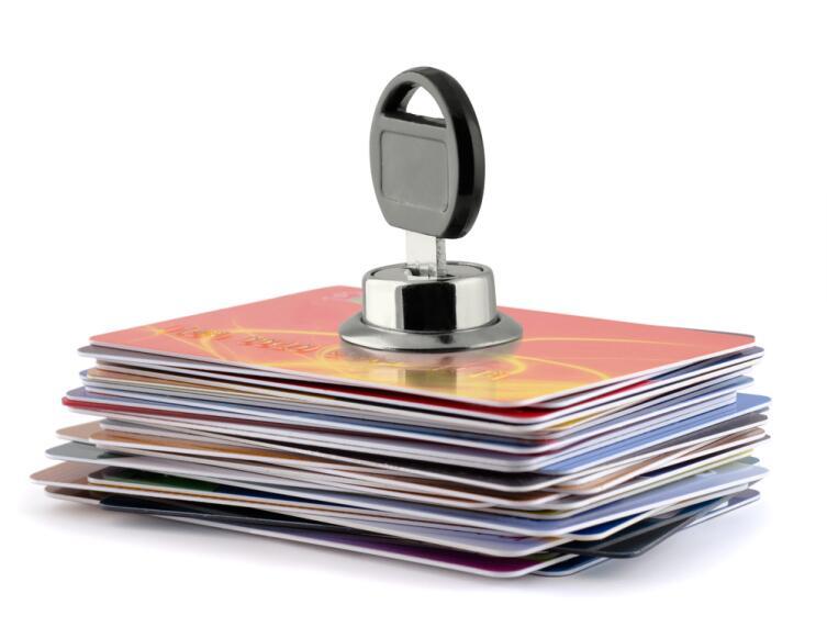 Почему банки стали массово блокировать карты своих клиентов?