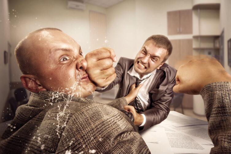 Вполне возможно, что нападающий окажется слабее, а обороняющийся может превысить пределы допустимой самообороны и нанести непоправимый вред