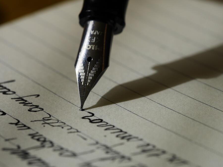 Графология — учение, согласно которому существует устойчивая связь между почерком и индивидуальными особенностями личности