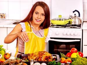 Приходит момент, когда срочном порядке нужно заводить кулинарную книгу, звонить маме и под ее диктовку строчить рецепты супов, котлет и т. п.