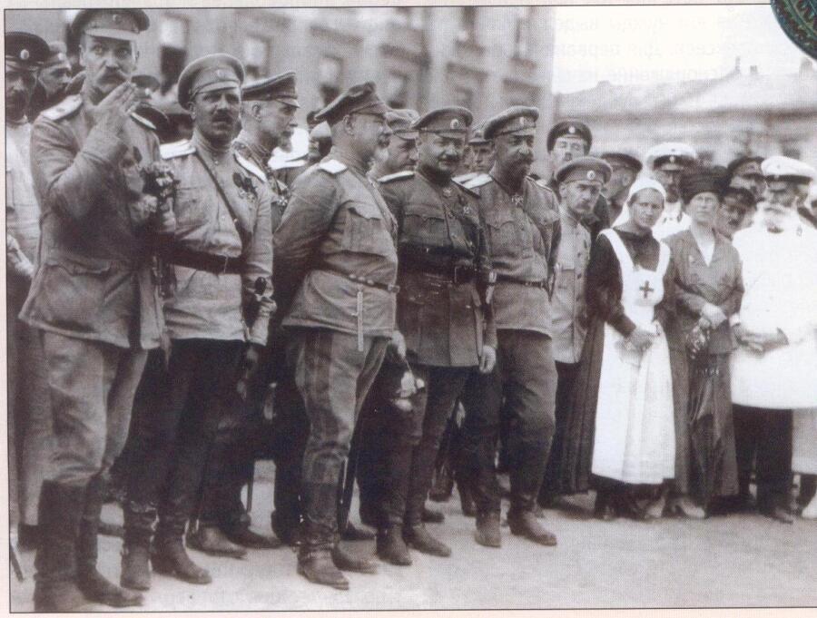 Парад после освобождения Харькова Добровольческой армией. В центре (третий слева) Главком ВСЮР А. И.  Деникин, 1919 г.