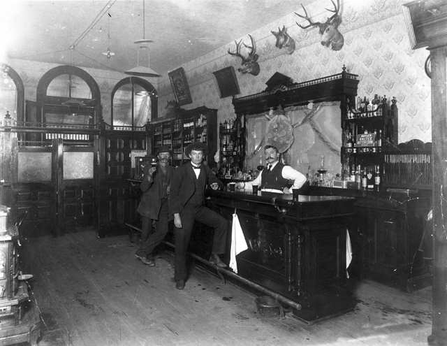 Внутренний вид питейного заведения Toll Gate Saloon в Блэк Хок, Колорадо, 1897 г.
