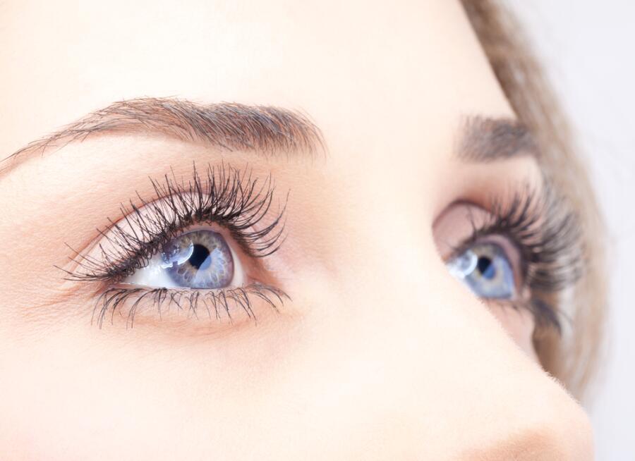 Как правильно ухаживать за кожей в области глаз и ресницами?