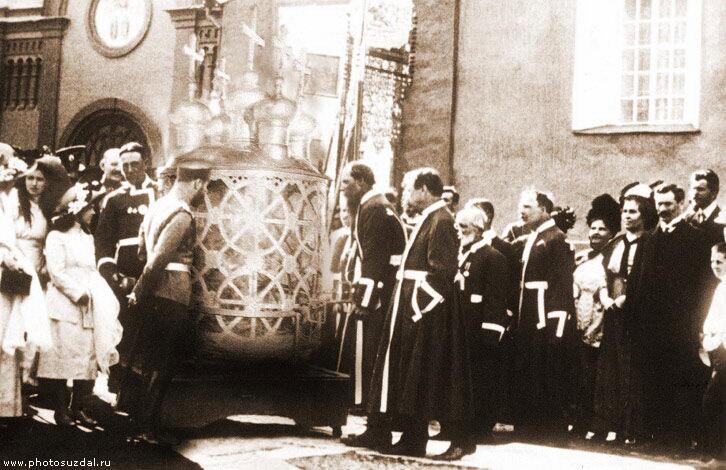 Николай II у Рождественского собора перед выносным