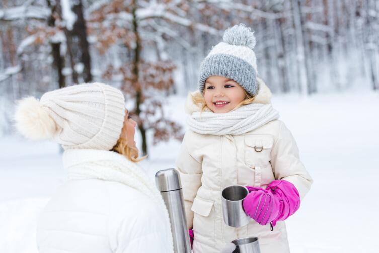 На зимней прогулке, кроме предметов для упражнений, пригодится термос с чаем