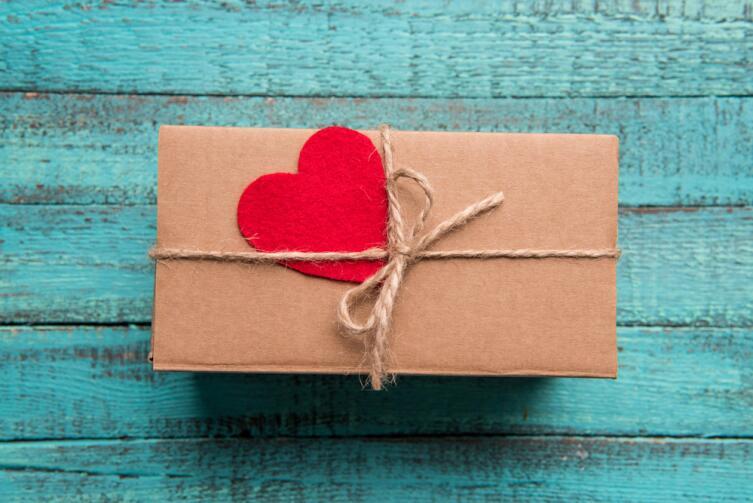 Если подарок тебе не нравится, положи его аккуратно на полочку, потом передаришь...