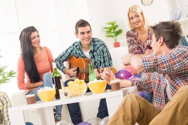 Устраиваете вечеринку - пусть друзья приносят еду и выпивку с собой...