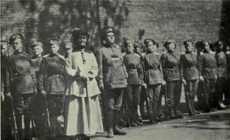 Мария Бочкарёва (в первом ряду рядом с женщиной в платье), Эммелин Панкхёрст (в платье) и солдаты Женского батальона