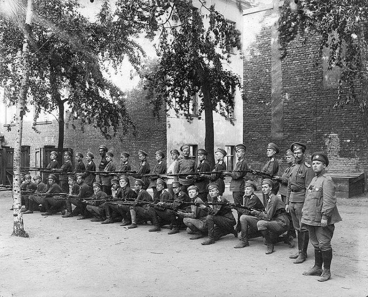 Женский батальон смерти, стоит первая - Мария Бочкарева, г. Петроград, июнь 1917 г.